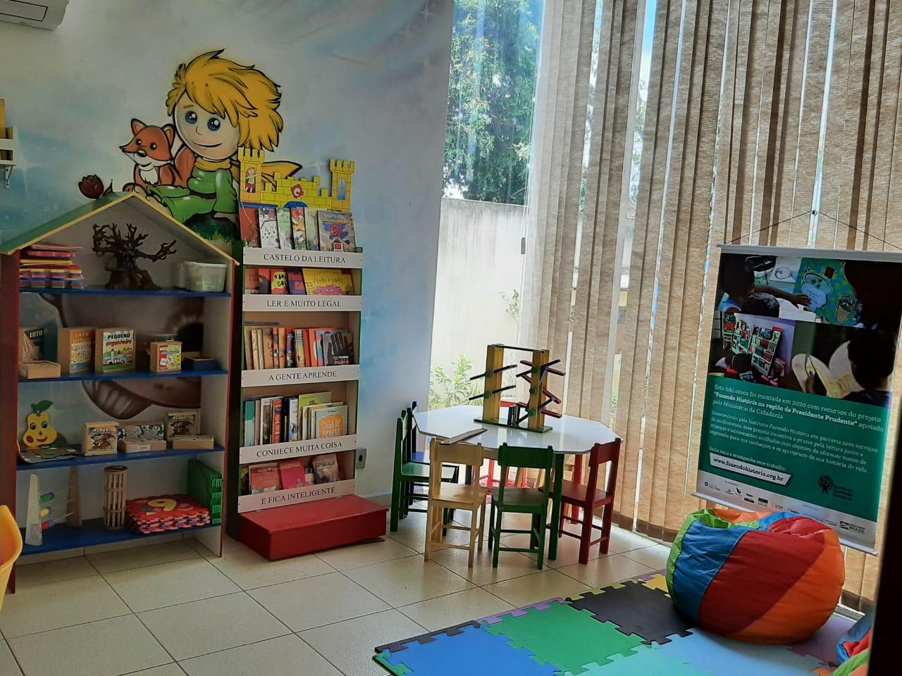 Espaço de leitura em abrigo parceiro