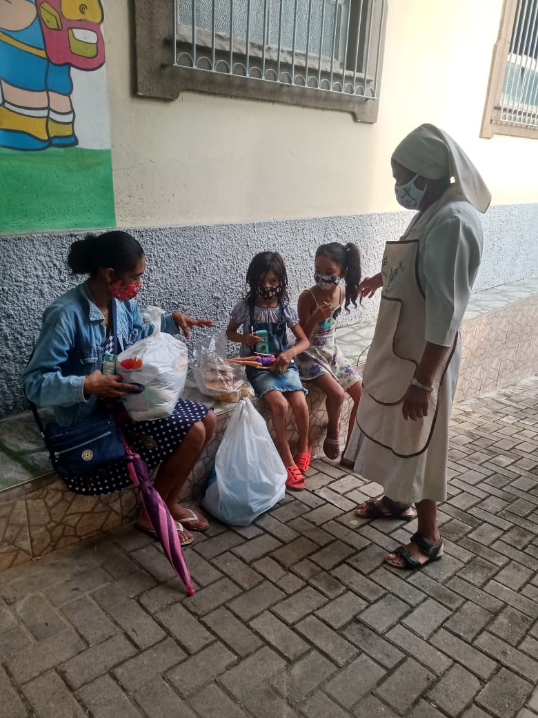 Doação sendo entregue na casa da criança